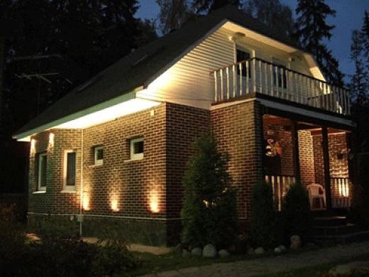 Освещение фасада частного дома на фото