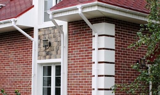 На фото показан пример фасада с применением красного цвета