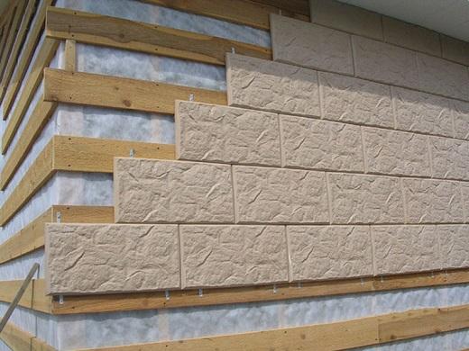 На фото показано, как монтируется плитка для вентилируемых фасадов