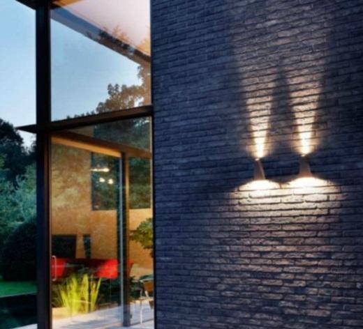 Светодиодный светильник на фасаде здания