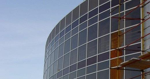 Полуструктурное остекление фасада на изображении