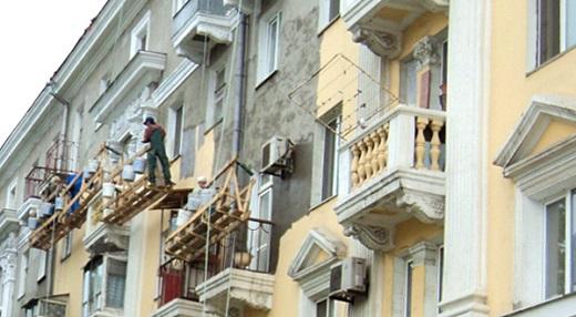 На фото показан процесс реставрации фасада из штукатурки