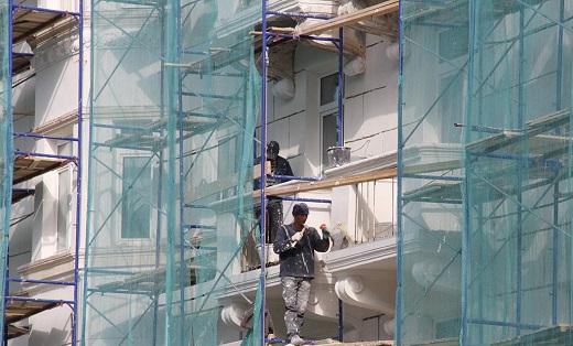 Реставрация фасада многоэтажного дома на снимке