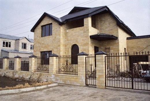 Современный дизайн фасада под камень на снимке