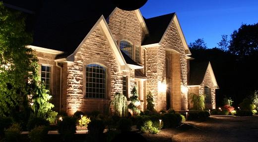 Подсветка загородного дома может выглядеть следующим образом
